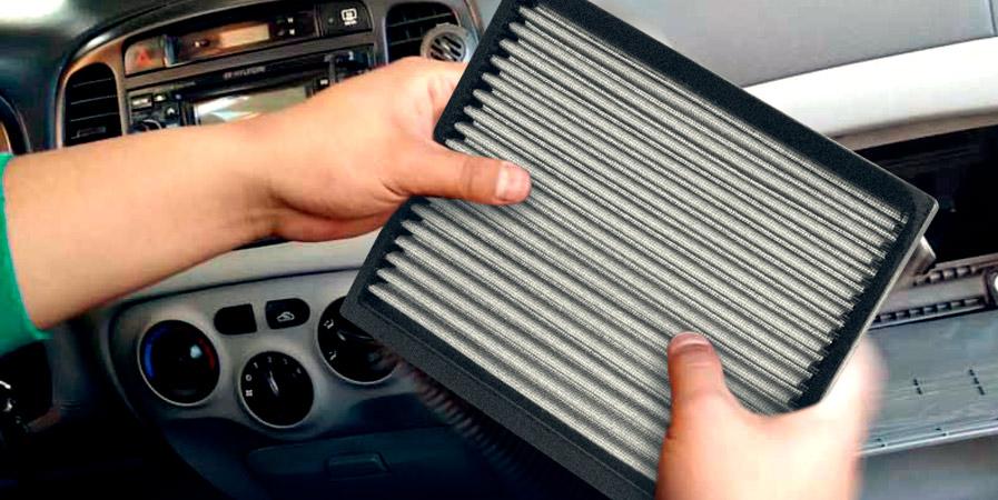 Mecánico cambiando el filtro de cabina